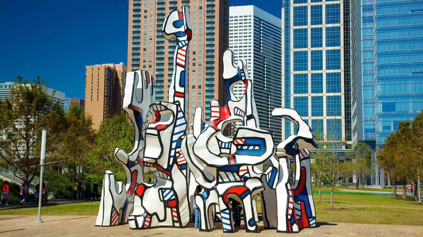 Discovery Green caracterizando uma estátua ou escultura, um arranha-céu e arte ao ar livre