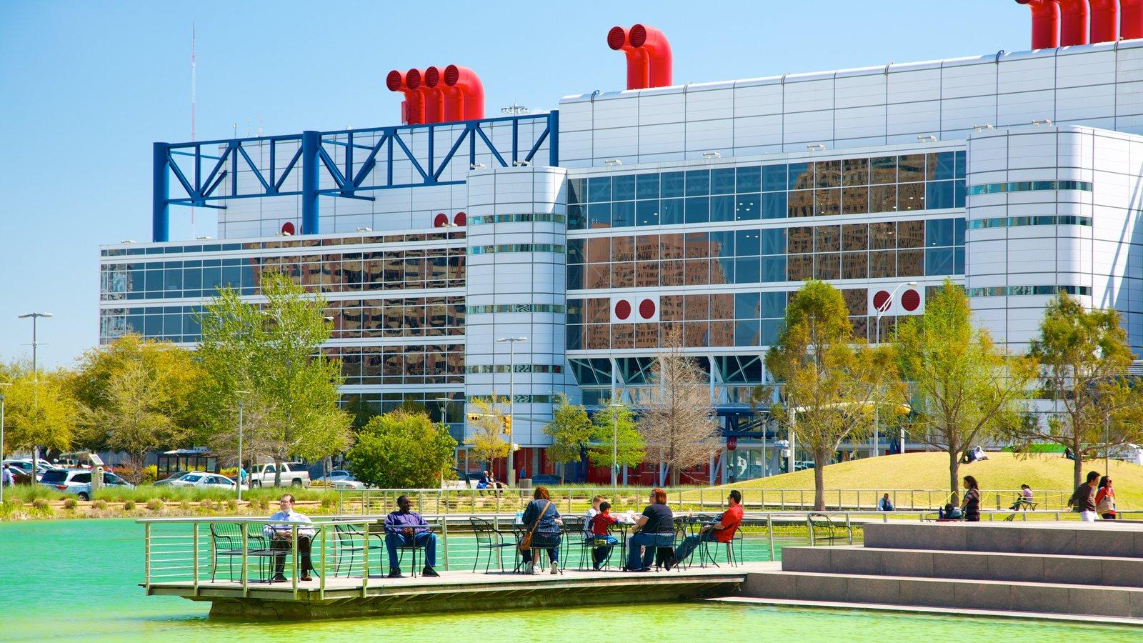 Discovery Green que inclui arquitetura moderna, uma cidade e um lago