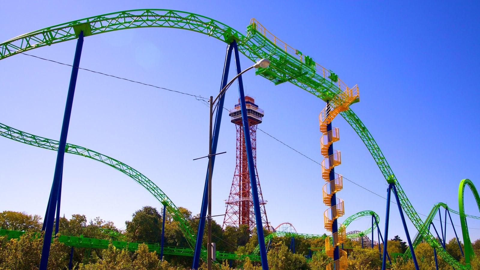 Six Flags over Texas que inclui arquitetura moderna e passeios