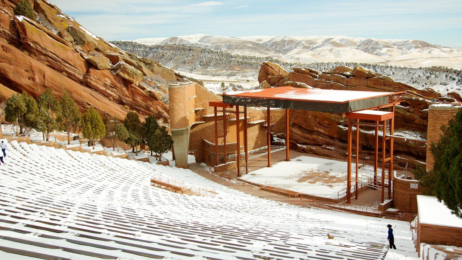 Anfiteatro Red Rocks que incluye escenas de teatro y nieve