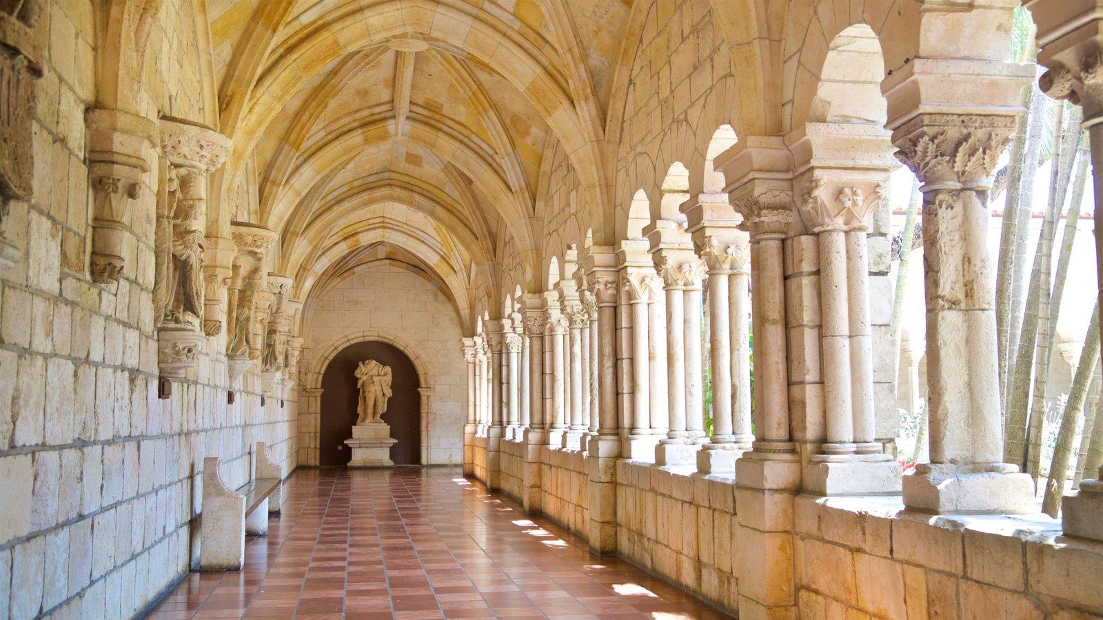 Antigo Mosteiro Espanhol mostrando vistas internas e elementos de patrimônio
