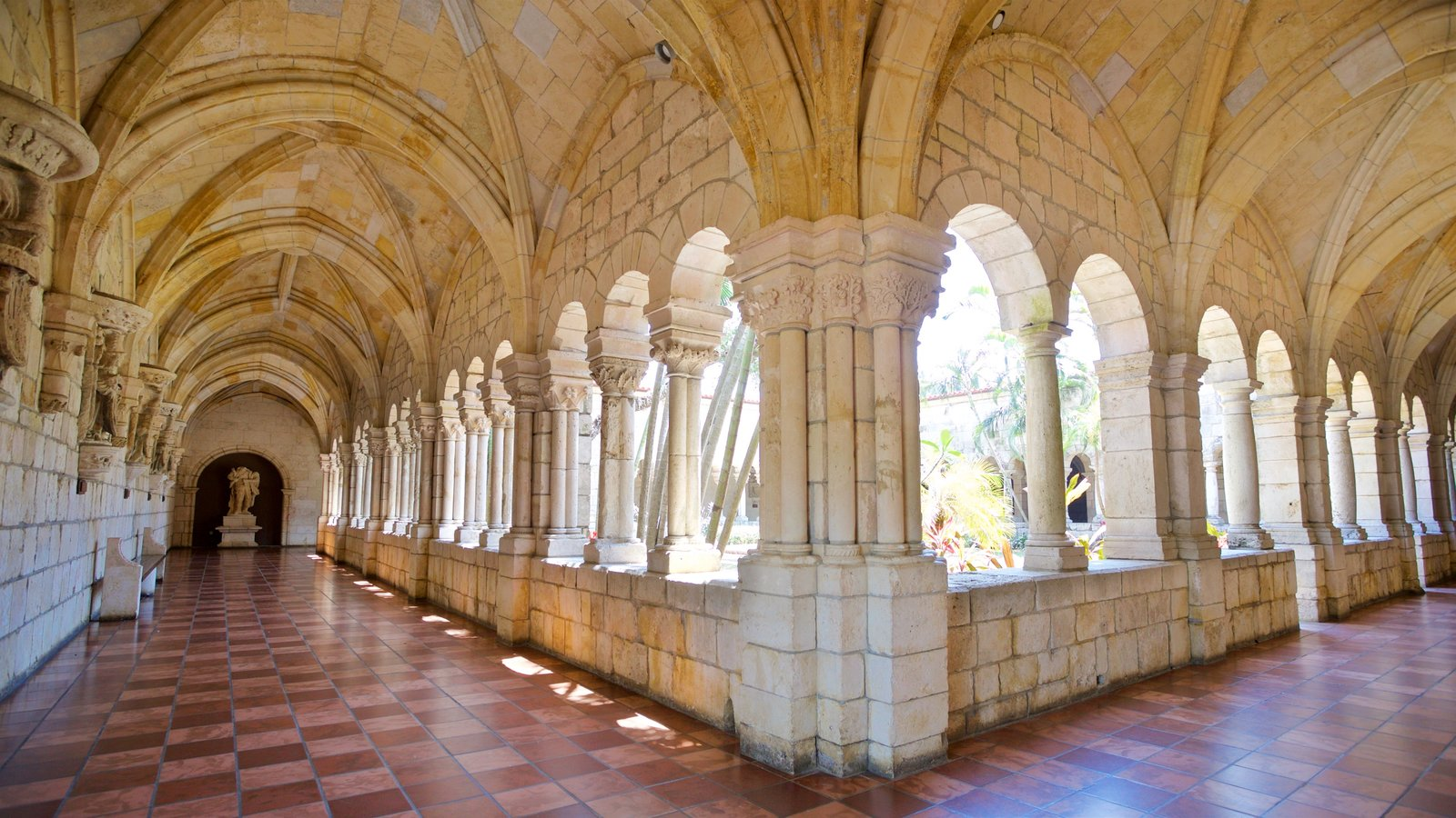 Antiguo Monasterio Español mostrando vistas interiores y elementos del patrimonio
