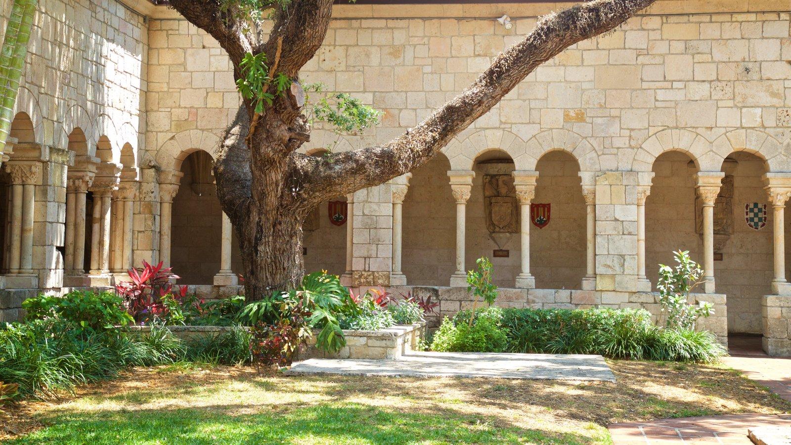 Antigo Mosteiro Espanhol mostrando um jardim e elementos de patrimônio