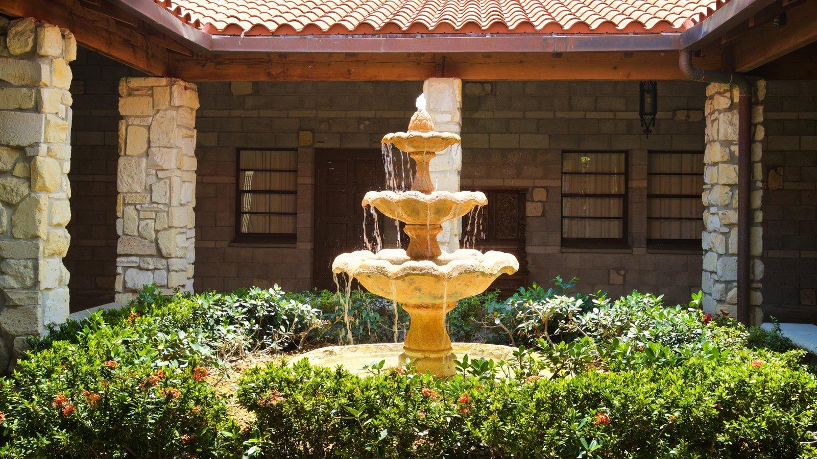 Antiguo Monasterio Español ofreciendo una fuente y un jardín