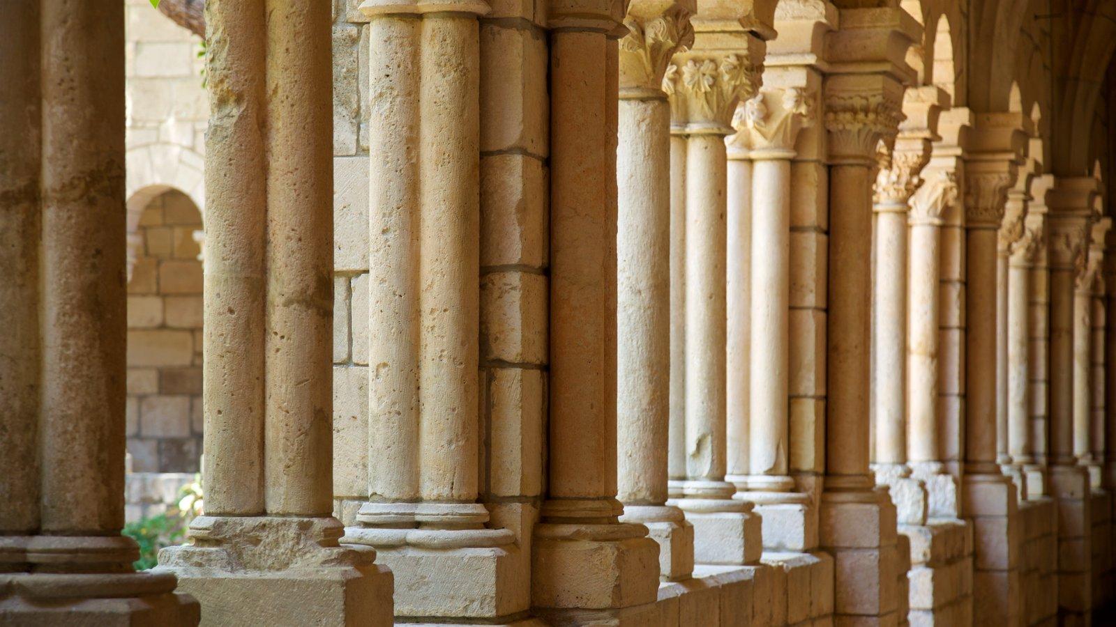 Antigo Mosteiro Espanhol mostrando elementos de patrimônio