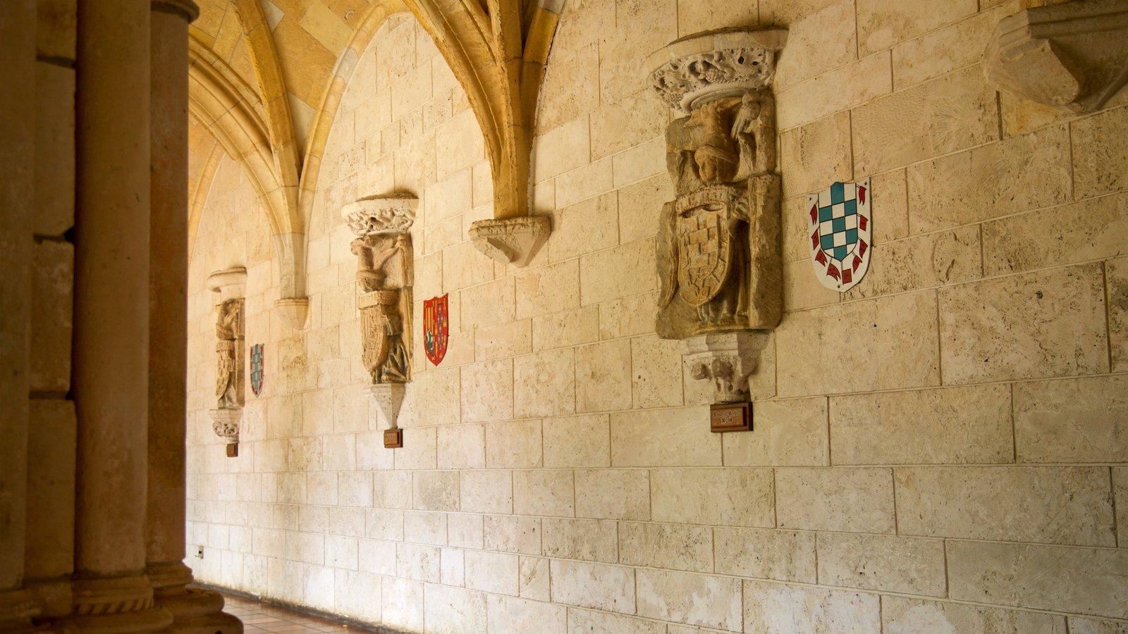 Antiguo Monasterio Español ofreciendo vistas interiores y elementos del patrimonio