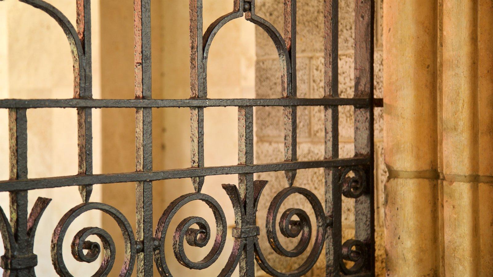 Antiguo Monasterio Español que incluye elementos del patrimonio