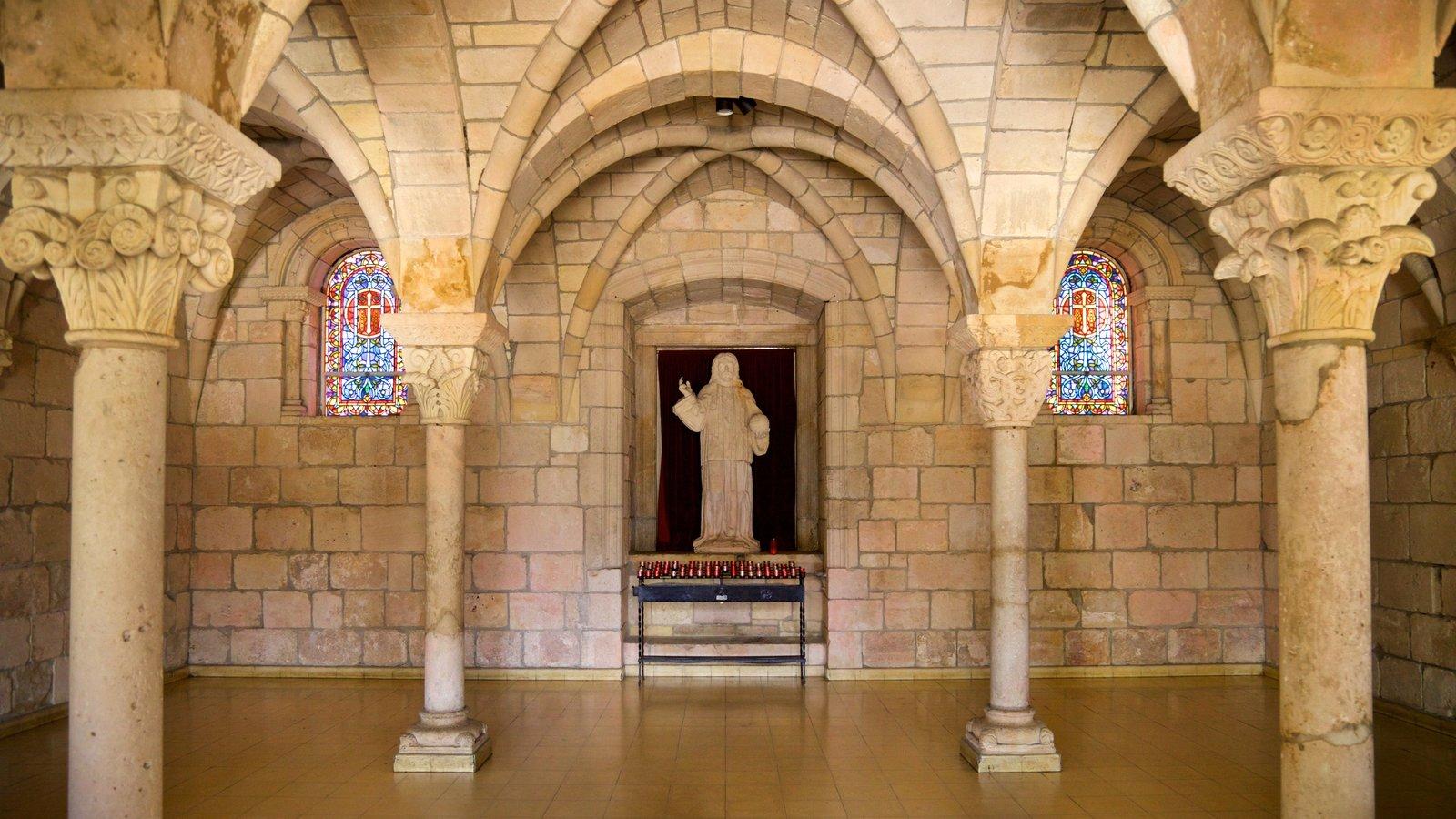 Antigo Mosteiro Espanhol mostrando uma estátua ou escultura, vistas internas e elementos de patrimônio