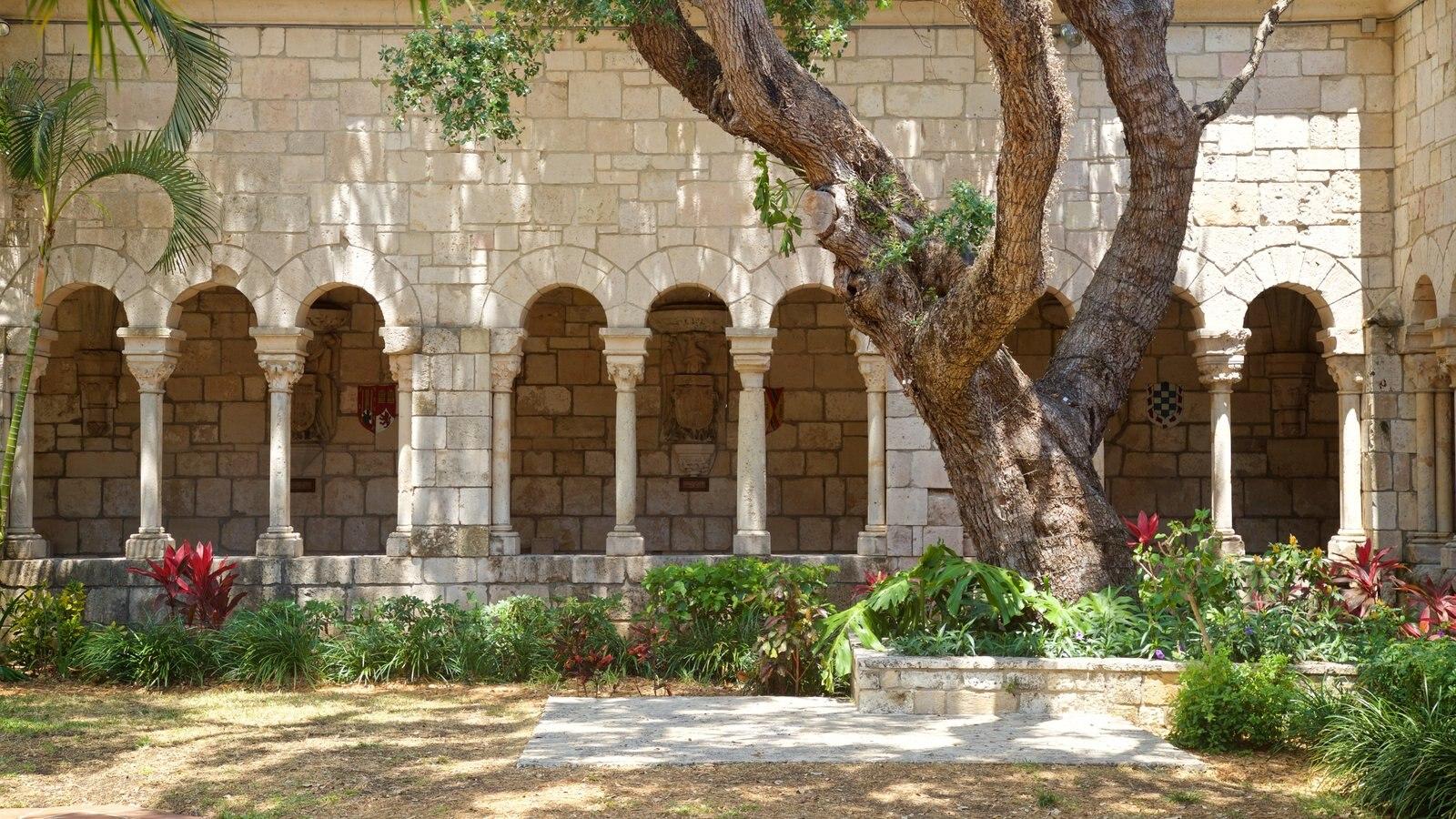 Antiguo Monasterio Español mostrando elementos del patrimonio y un parque