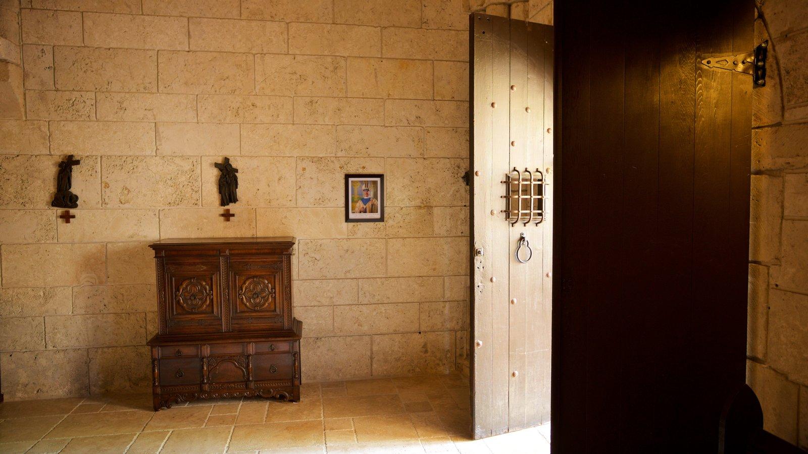 Antigo Mosteiro Espanhol mostrando elementos de patrimônio, uma igreja ou catedral e vistas internas
