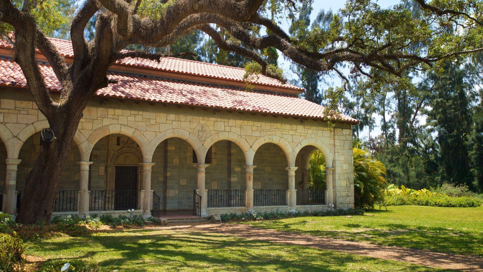 Antiguo Monasterio Español mostrando un parque