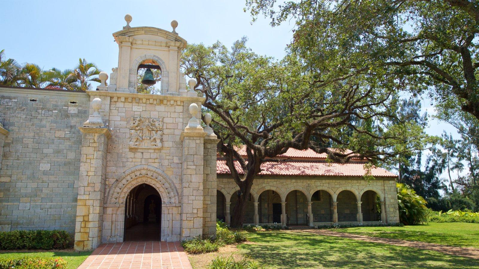 Antigo Mosteiro Espanhol caracterizando elementos de patrimônio e um jardim