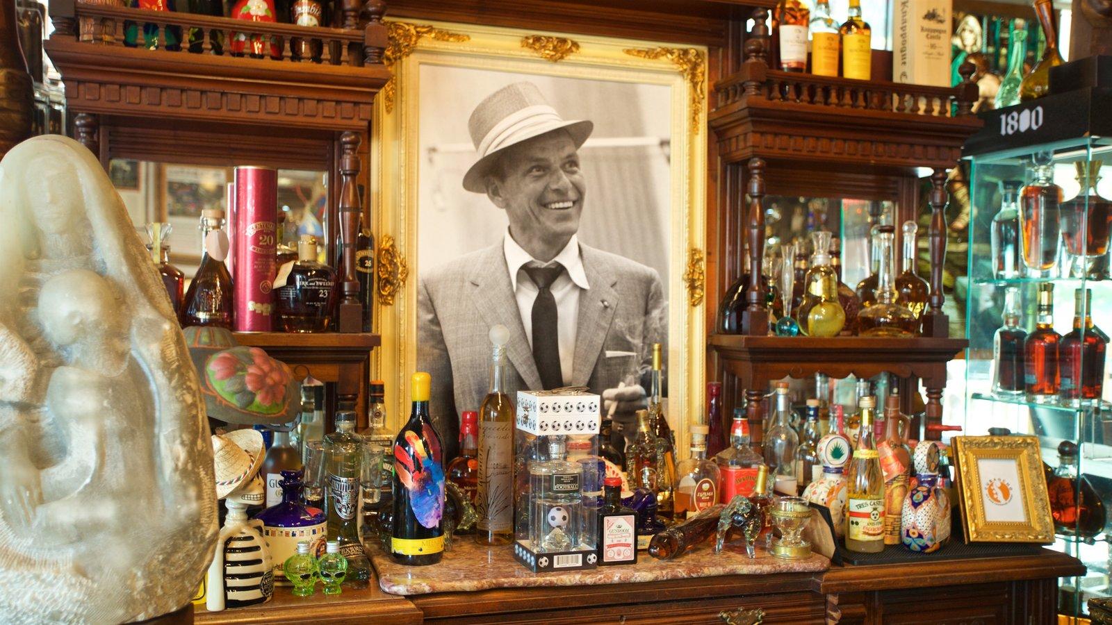 Cuba Ocho mostrando un bar y arte