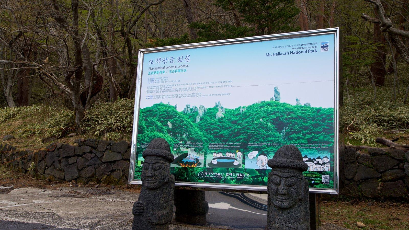 Parque Nacional de Hallasan que incluye señalización y un parque