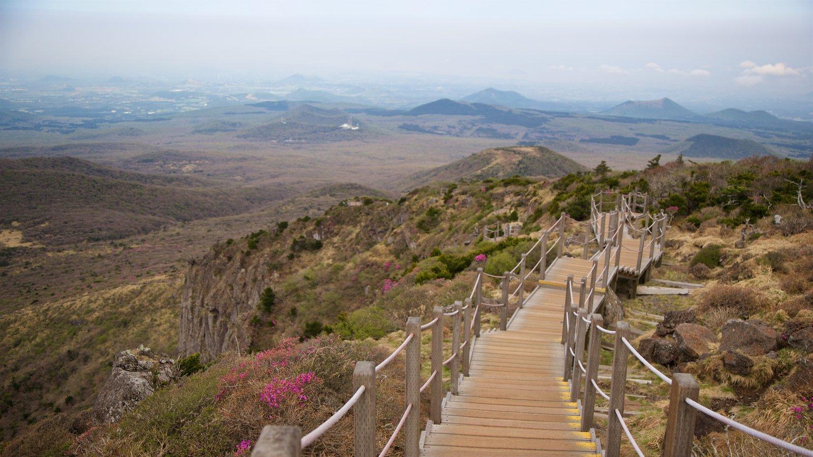 Parque Nacional de Hallasan ofreciendo vistas de paisajes y escenas tranquilas