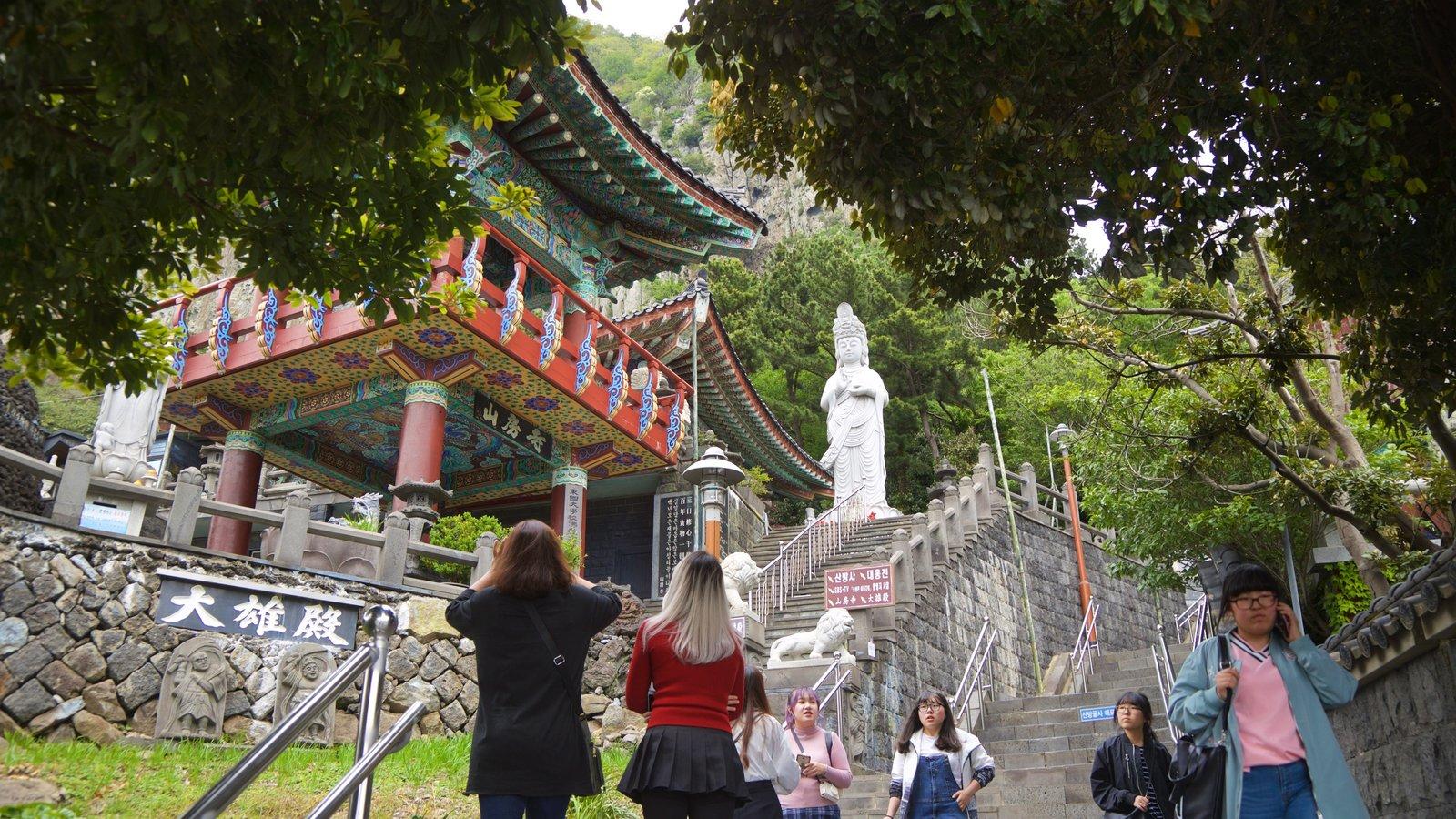 Montaña Sanbangsan ofreciendo elementos del patrimonio y también un pequeño grupo de personas