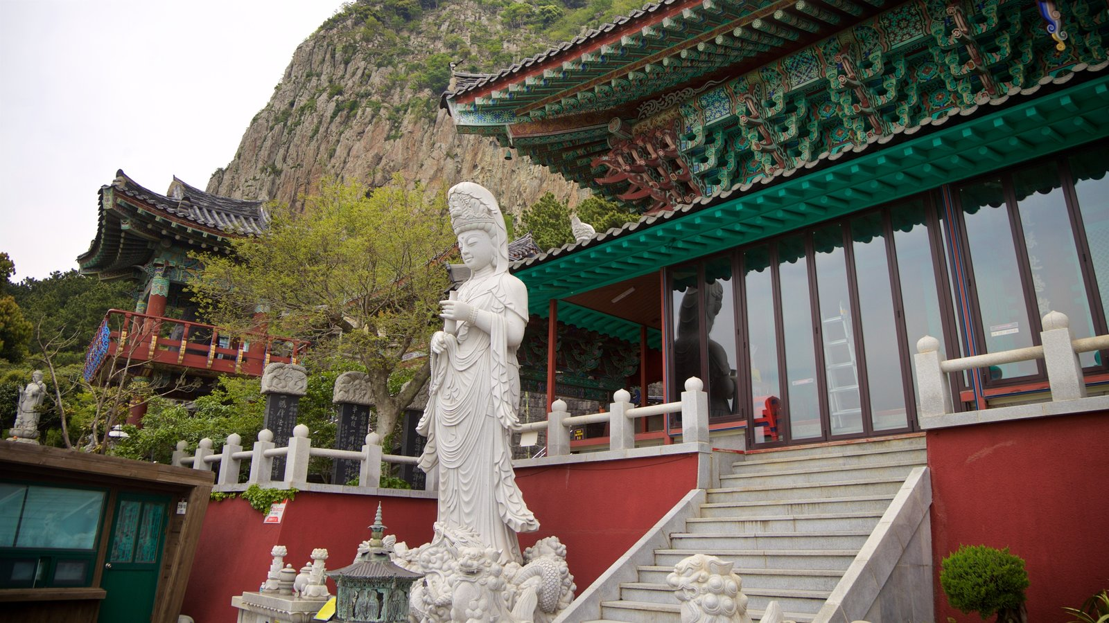 Montaña Sanbangsan mostrando una estatua o escultura y elementos del patrimonio