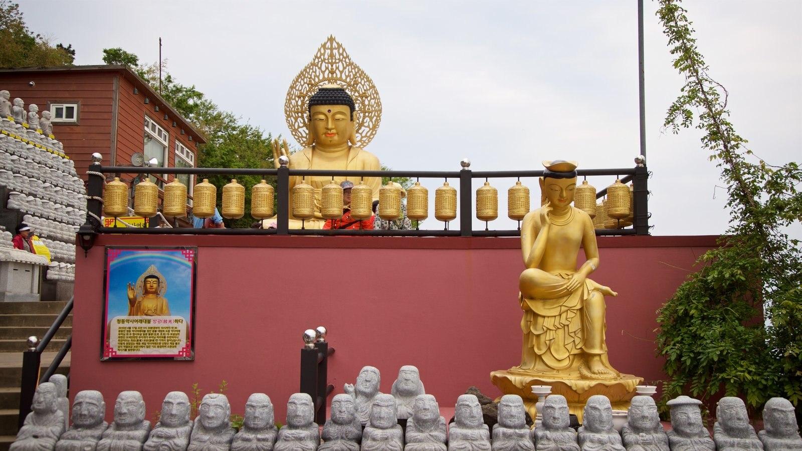 Montaña Sanbangsan mostrando elementos del patrimonio, elementos religiosos y una estatua o escultura