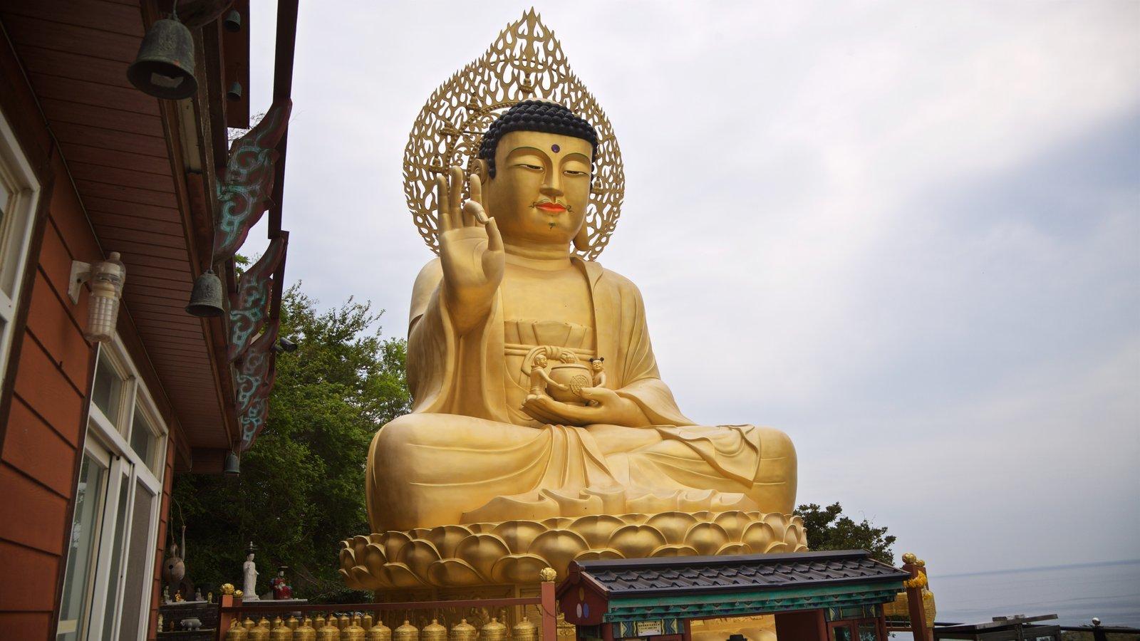 Montaña Sanbangsan que incluye elementos religiosos, una estatua o escultura y elementos del patrimonio
