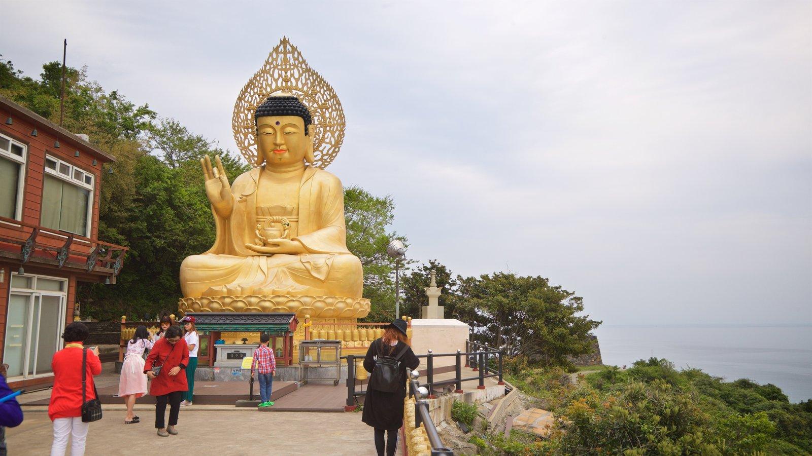 Montaña Sanbangsan mostrando aspectos religiosos, vistas y una estatua o escultura