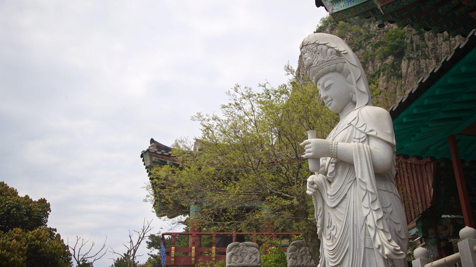 Montaña Sanbangsan ofreciendo elementos del patrimonio y una estatua o escultura