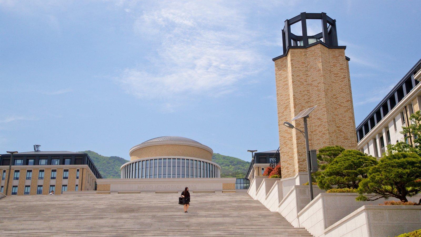 Universidad de Estudios Extranjeros de Busan y también una mujer