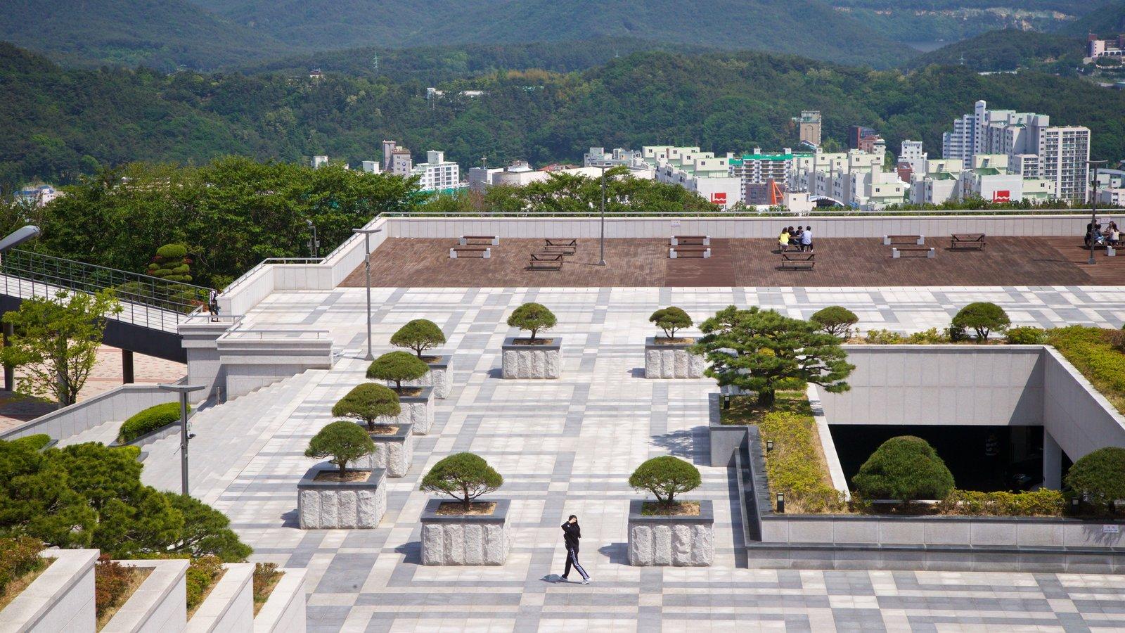 Universidad de Estudios Extranjeros de Busan mostrando un parque o plaza