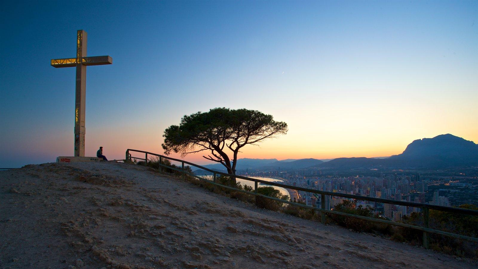 La Cruz de Benidorm mostrando vistas de paisajes, un monumento y vistas