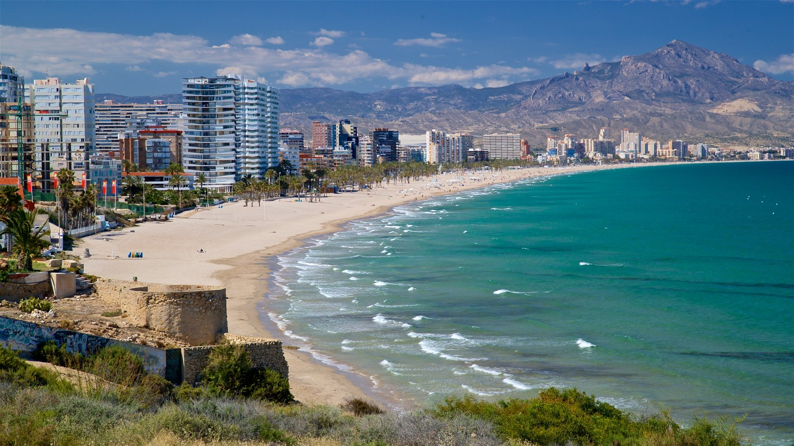 Cabo de las Huertas que incluye una playa de arena, una ciudad costera y vistas de paisajes