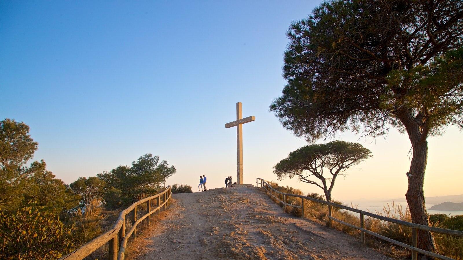 La Cruz de Benidorm que incluye elementos religiosos, vistas y un monumento