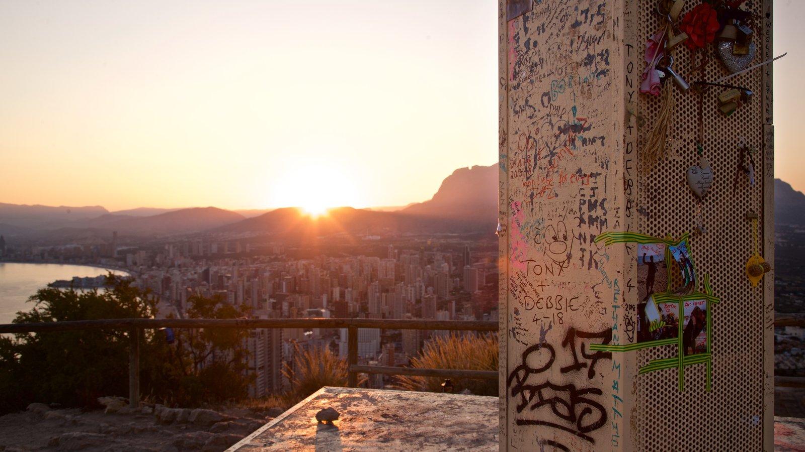 La Cruz de Benidorm ofreciendo una puesta de sol, vistas y arte al aire libre