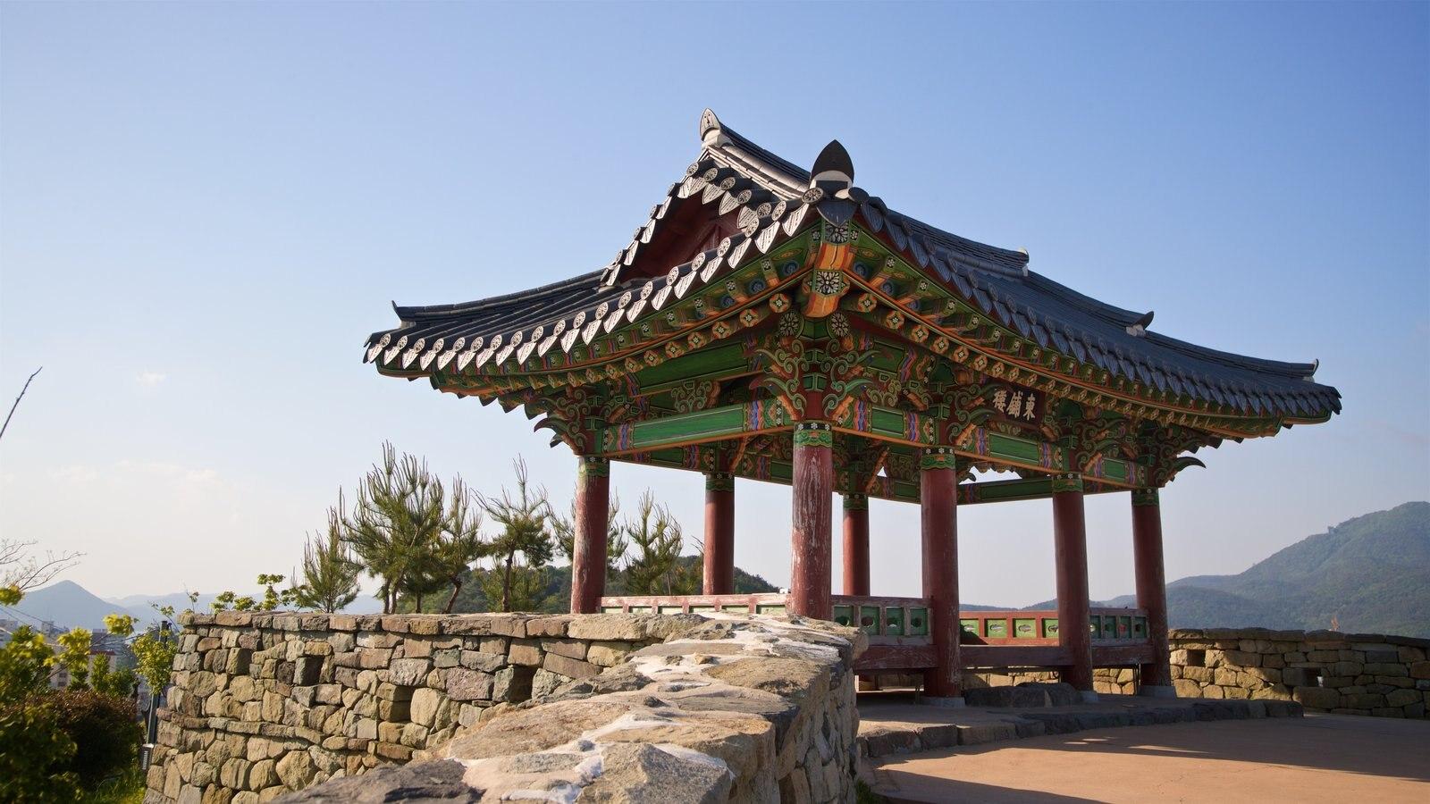 Aldea de muros pintados de Dongpirang que incluye elementos del patrimonio y una puesta de sol