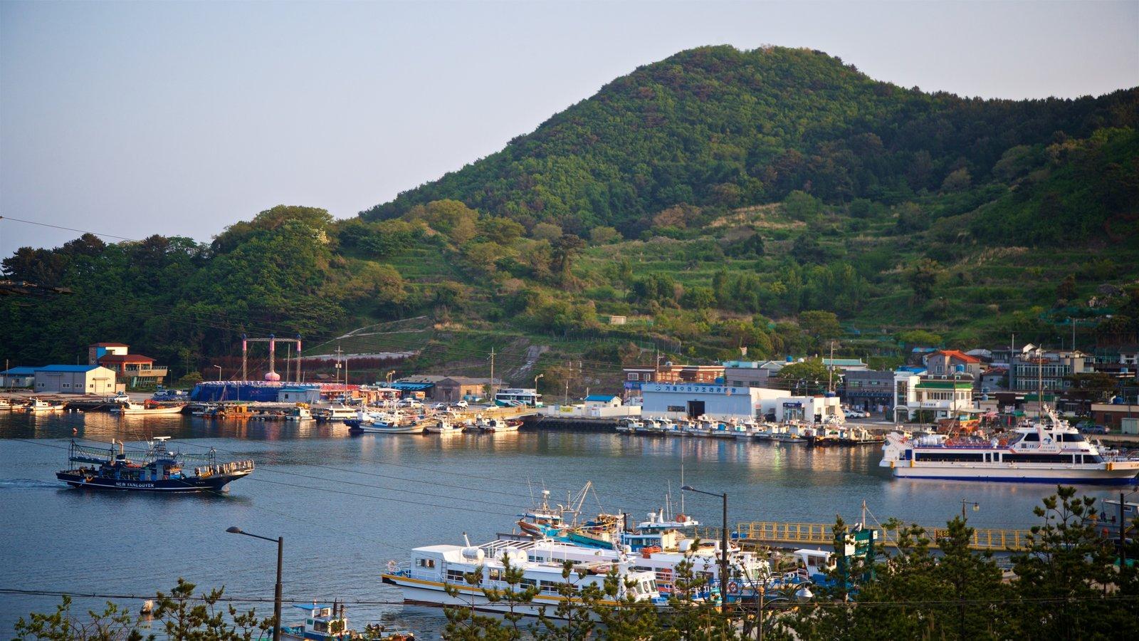 Playa de Gujora que incluye vistas de paisajes y una bahía o puerto