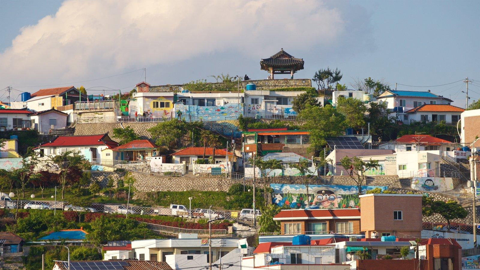 Aldea de muros pintados de Dongpirang que incluye vistas de paisajes y una pequeña ciudad o pueblo