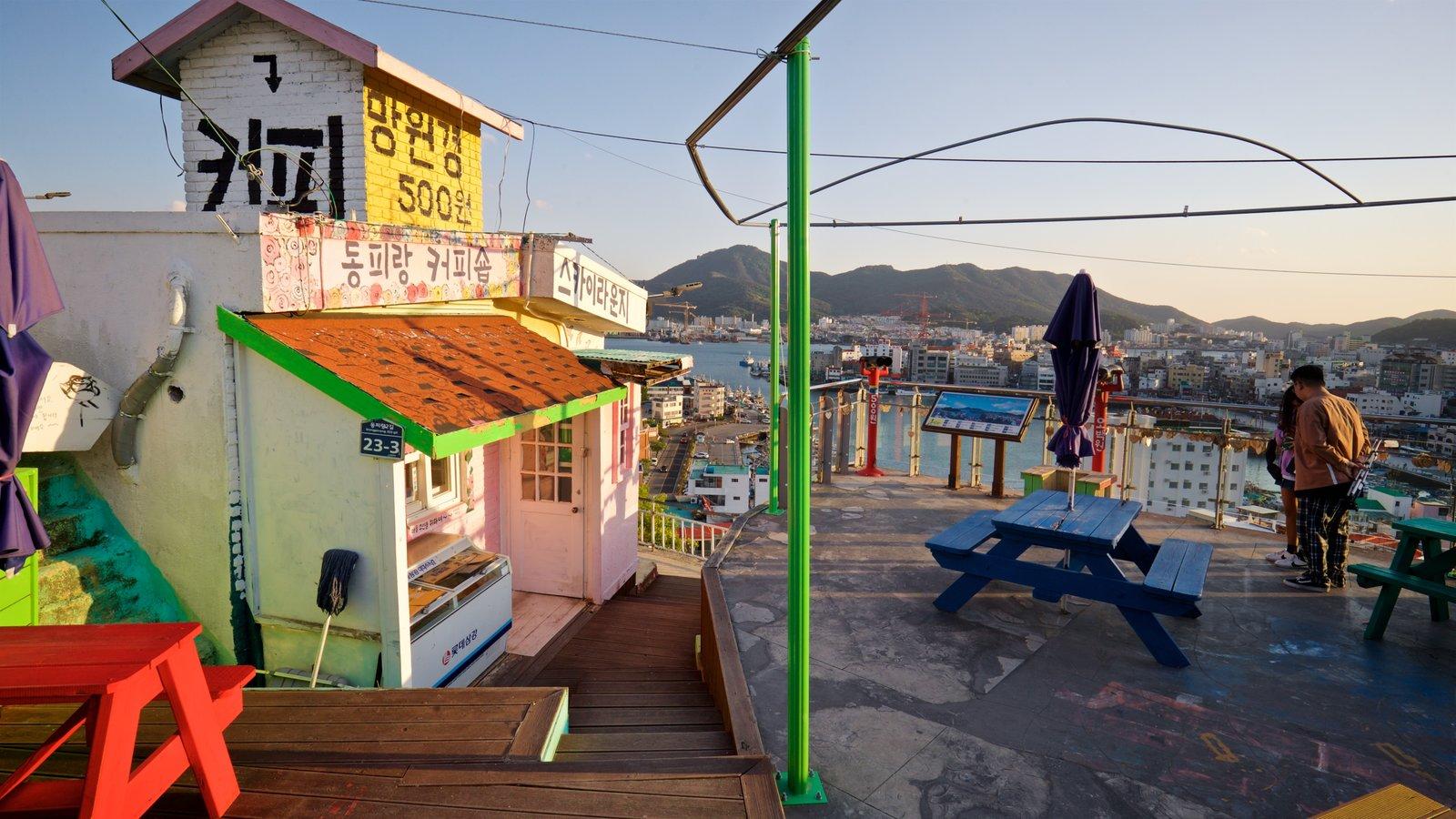 Aldea de muros pintados de Dongpirang que incluye una puesta de sol y una ciudad costera