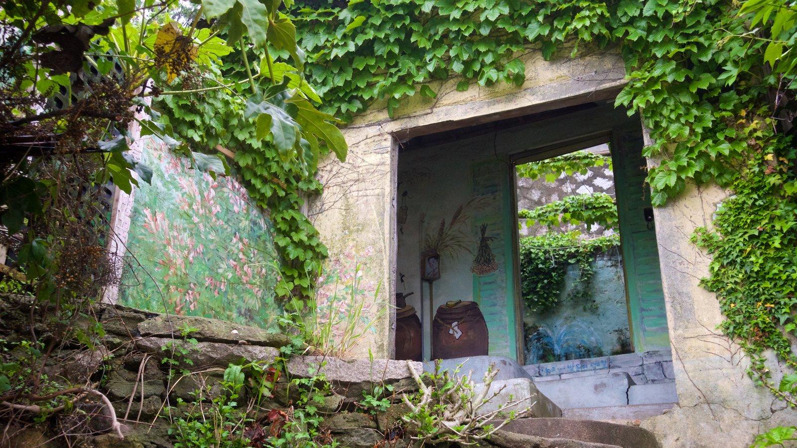Aldea de muros pintados de Dongpirang ofreciendo arte al aire libre y un parque