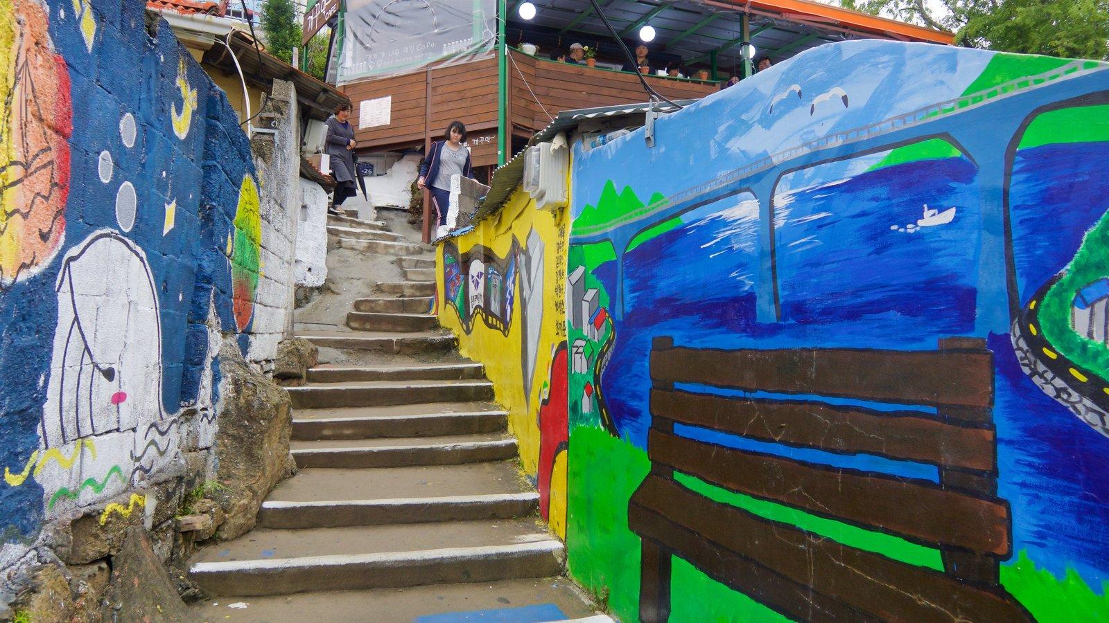 Aldea de muros pintados de Dongpirang mostrando arte al aire libre