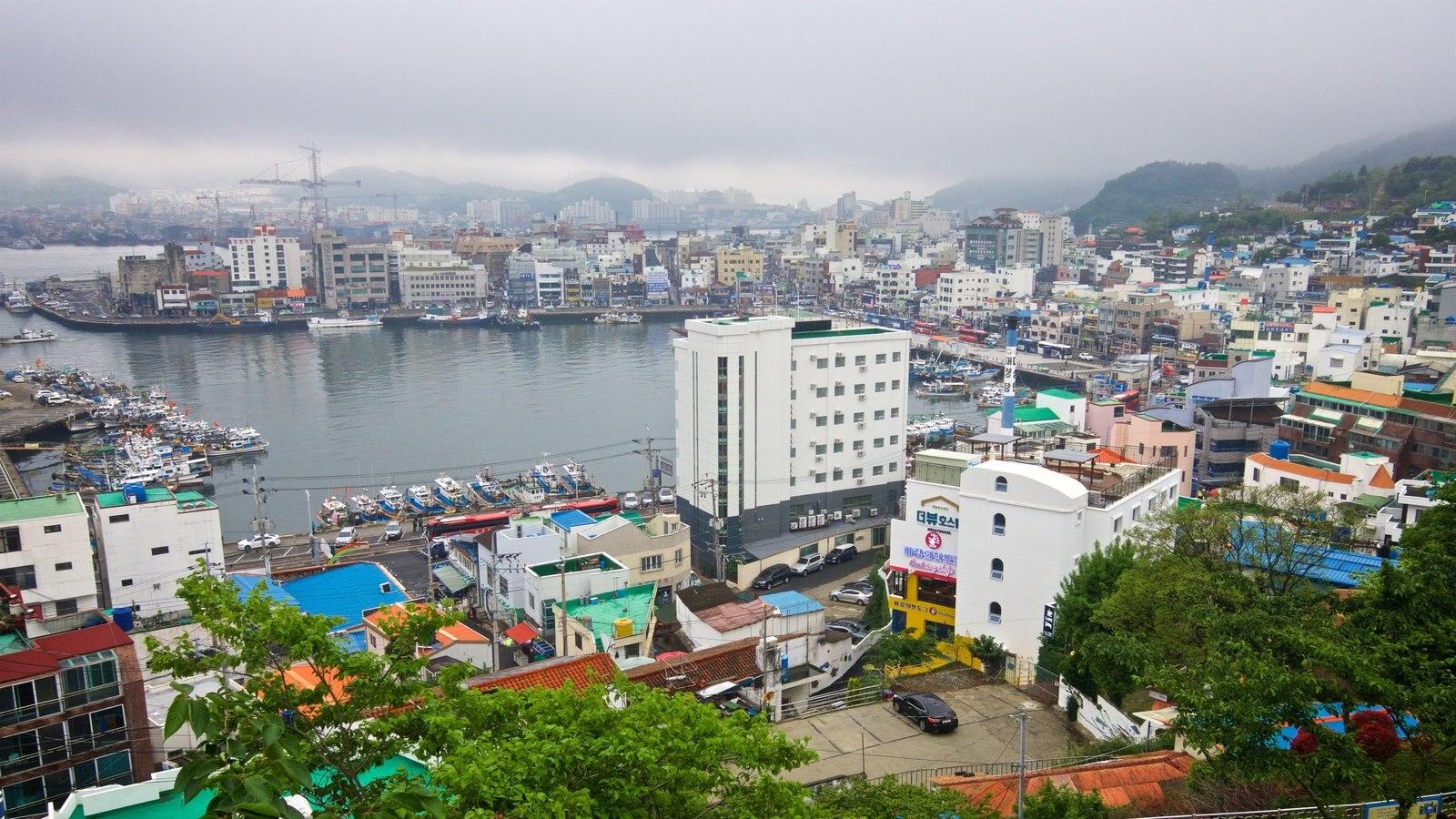 Aldea de muros pintados de Dongpirang ofreciendo vistas de paisajes, una bahía o puerto y una ciudad