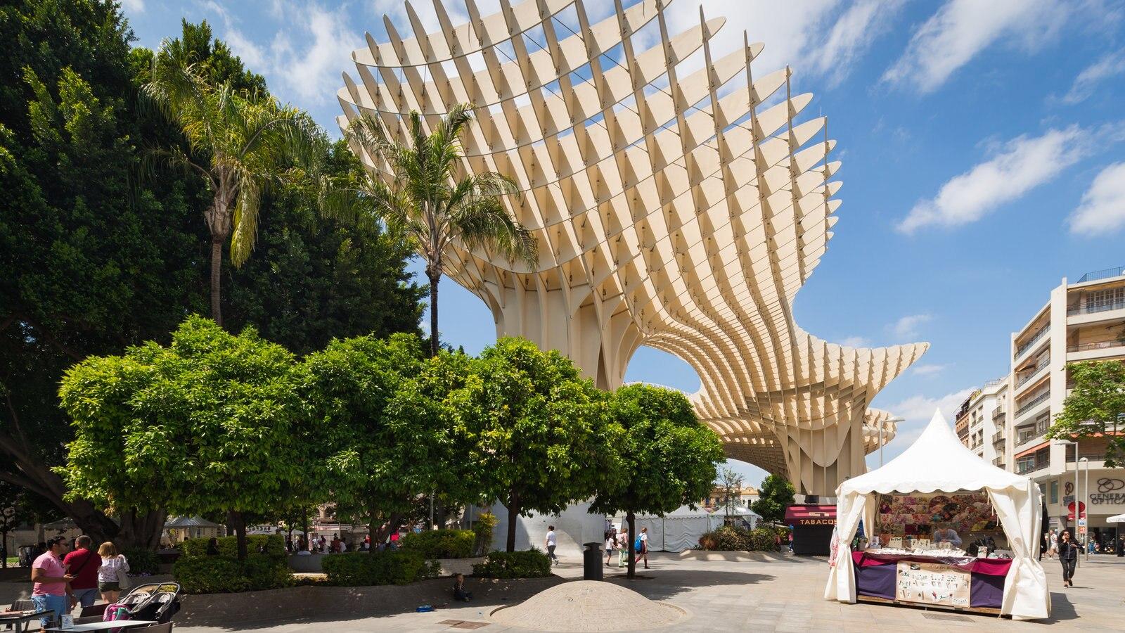 Metropol Parasol que incluye arte al aire libre y arquitectura moderna