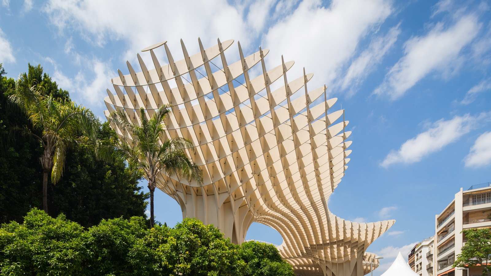Metropol Parasol que incluye arquitectura moderna y arte al aire libre