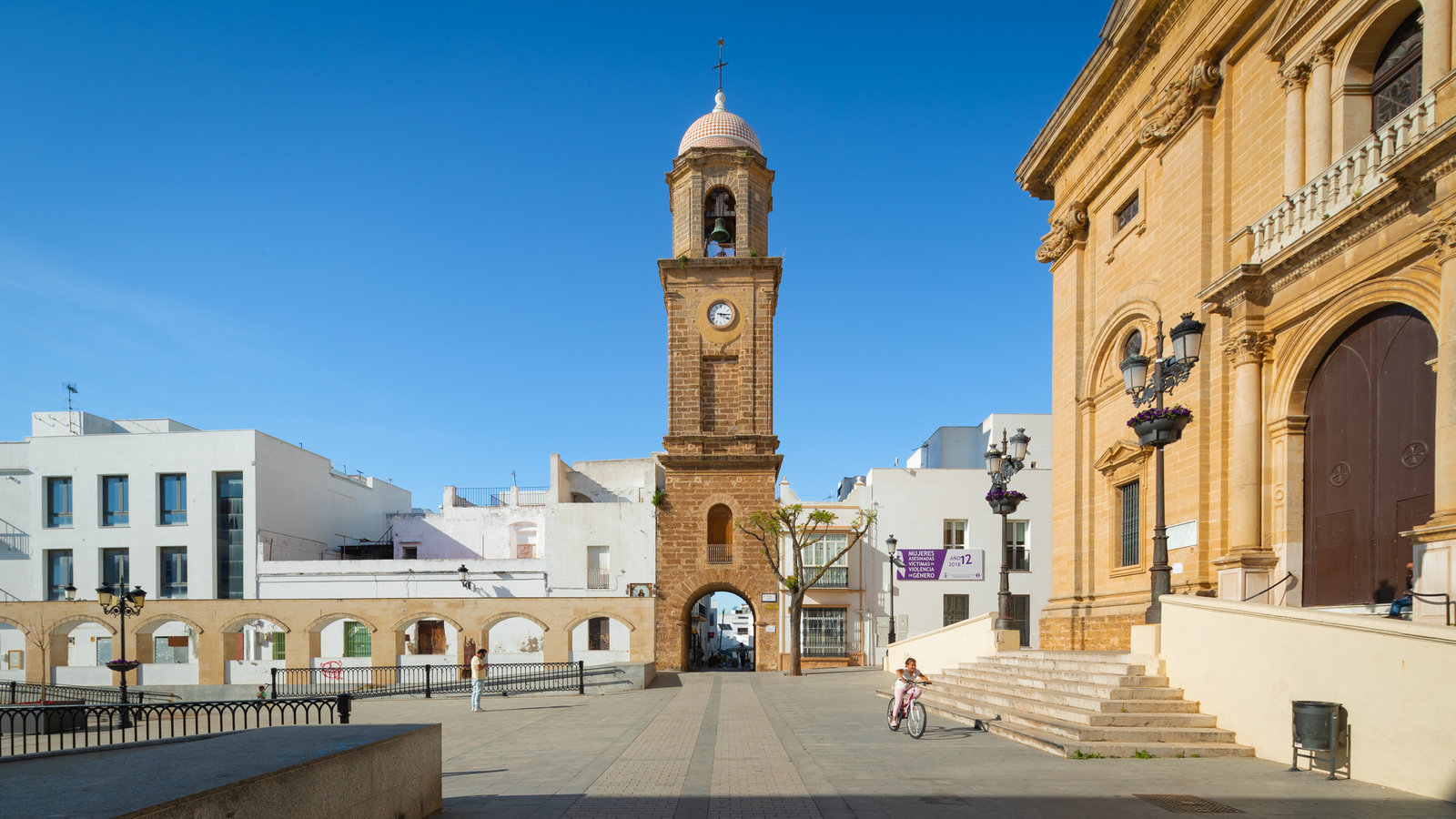 Torre del reloj ofreciendo elementos del patrimonio