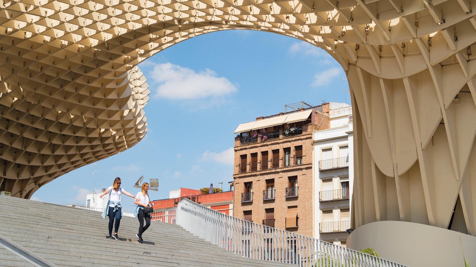 Metropol Parasol mostrando escenas urbanas y arquitectura moderna y también una pareja