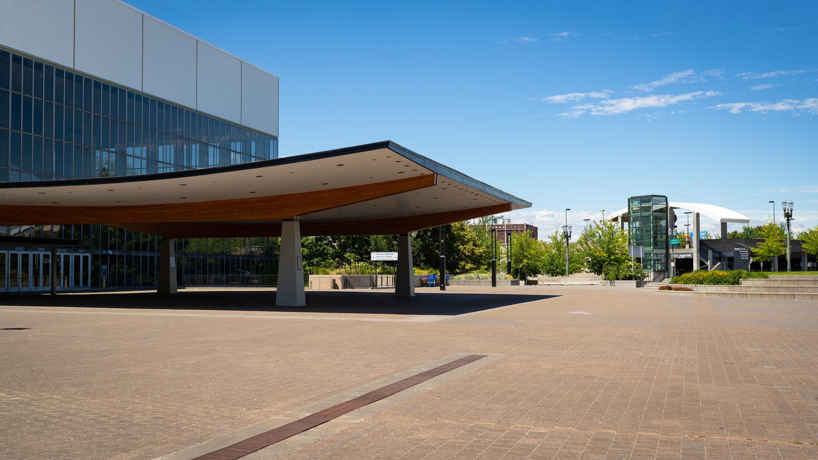 Coliseo Conmemorativo a los Veteranos que incluye un parque o plaza y arquitectura moderna