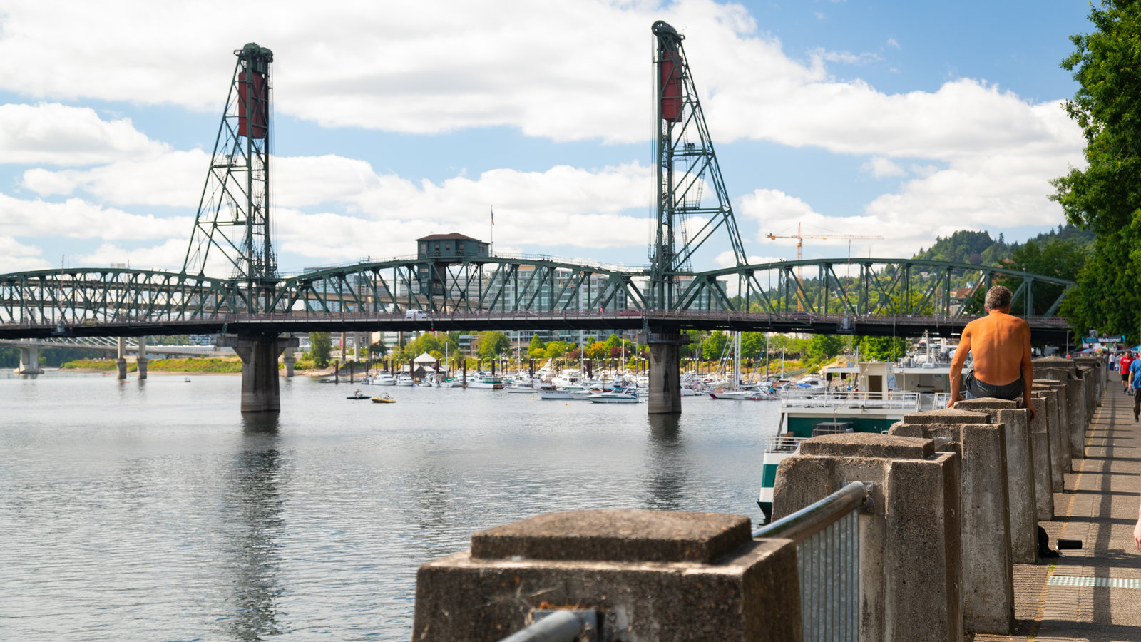 Puente Hawthorne que incluye un río o arroyo y un puente y también un hombre