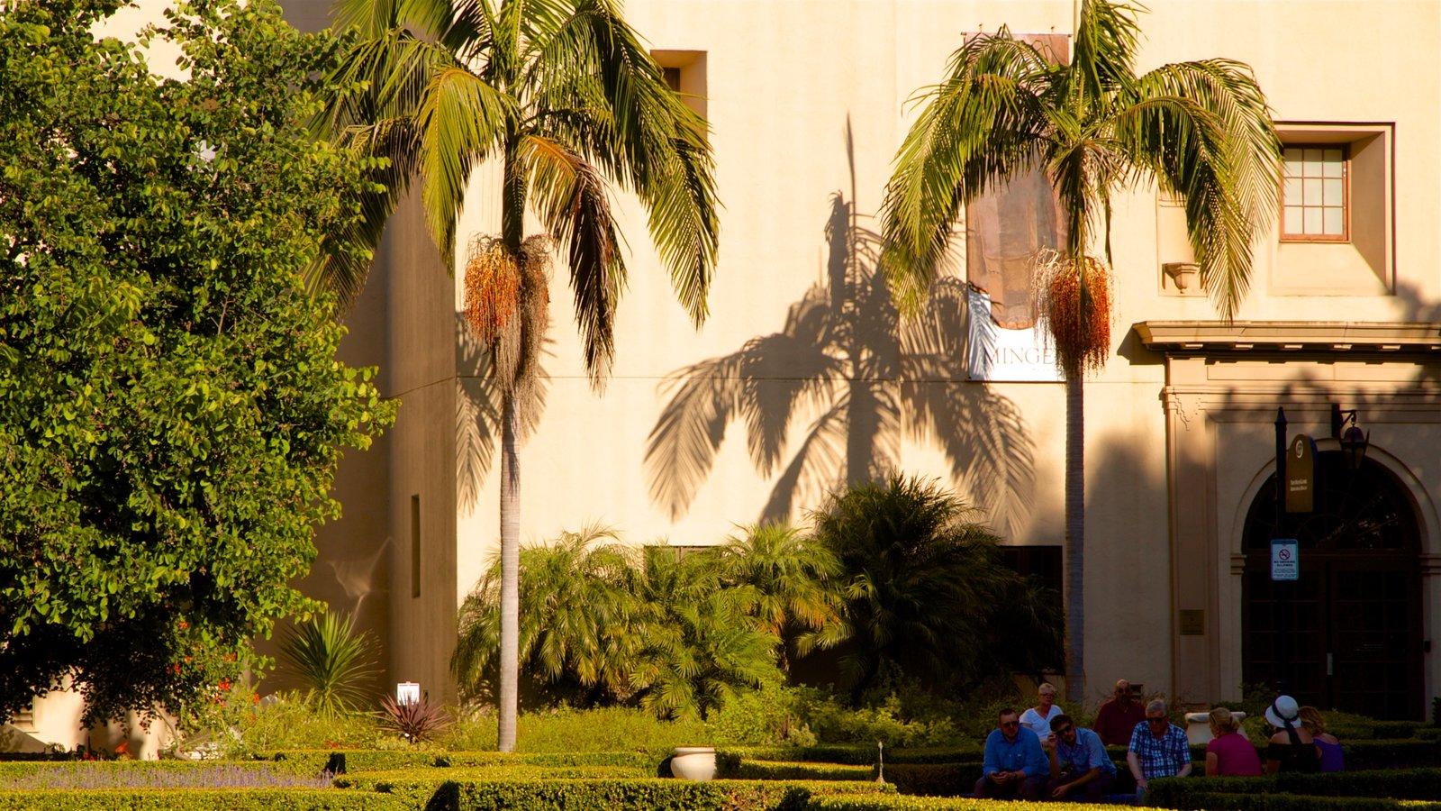 Alcazar Garden mostrando um jardim assim como um pequeno grupo de pessoas
