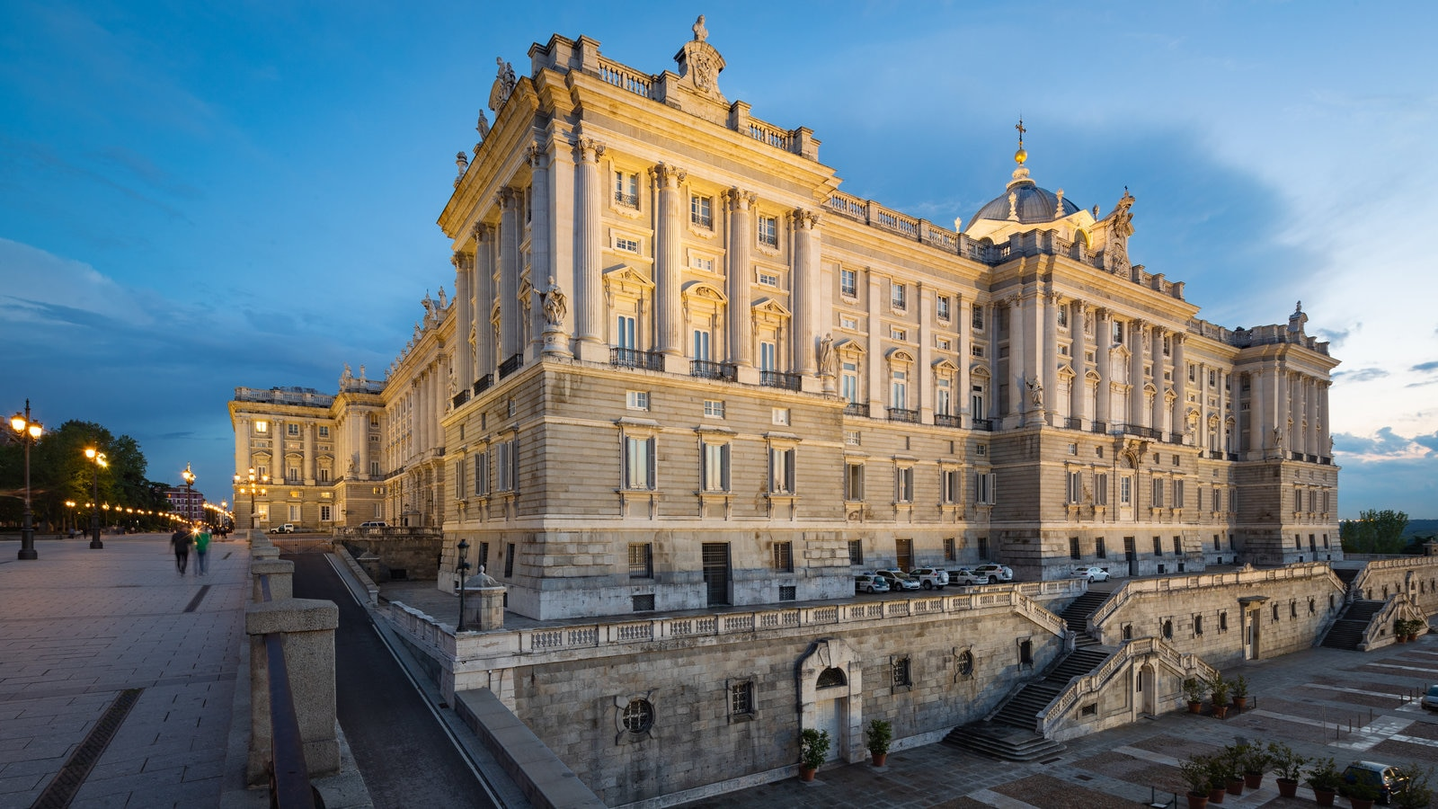 Palacio Real ofreciendo castillo o palacio, patrimonio de arquitectura y una puesta de sol