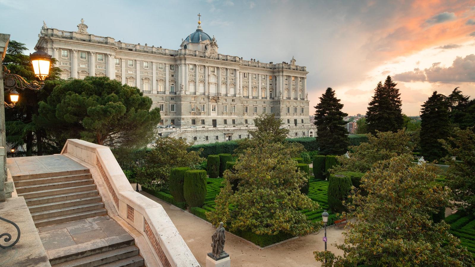 Palacio Real ofreciendo patrimonio de arquitectura, un castillo y una puesta de sol