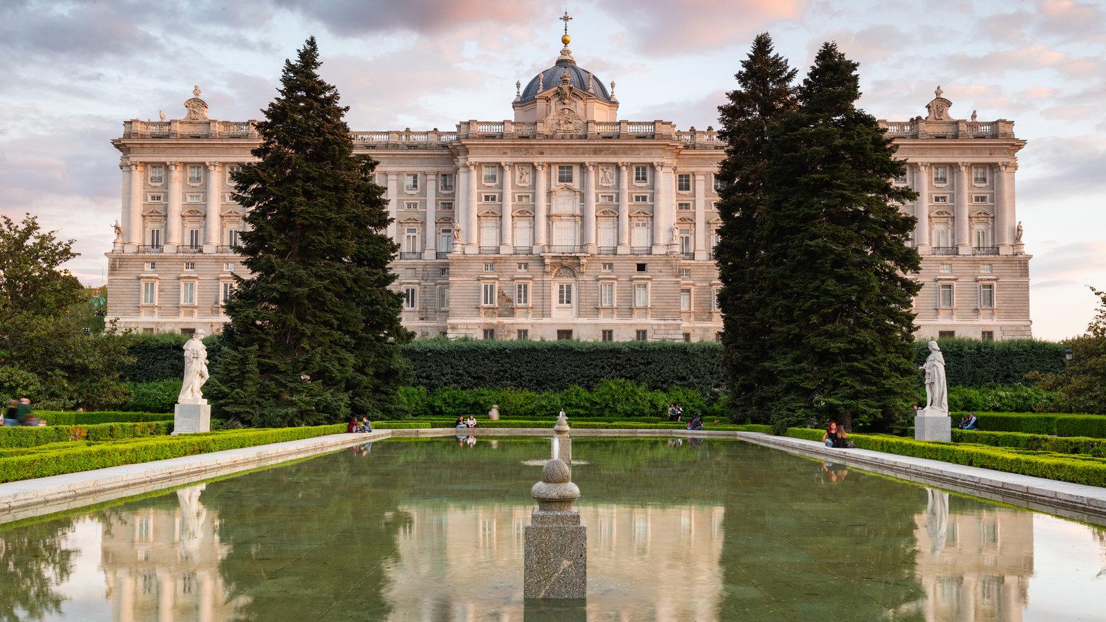 Jardines Sabatini mostrando castillo o palacio, una puesta de sol y patrimonio de arquitectura