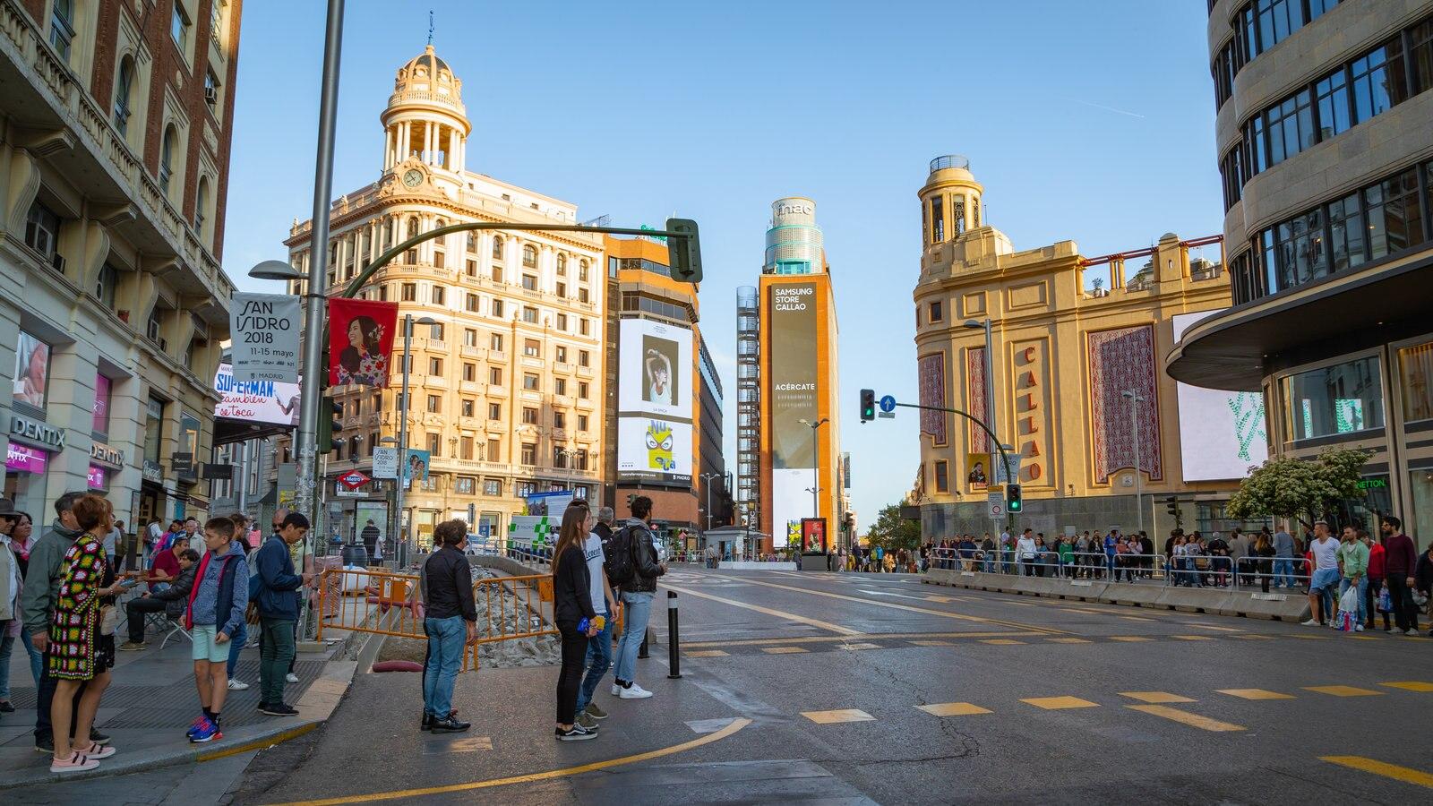 Gran Vía que incluye una ciudad y escenas urbanas y también un pequeño grupo de personas