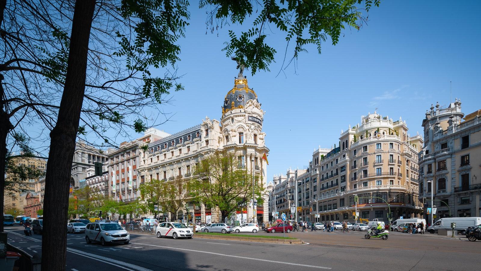 Gran Vía mostrando patrimonio de arquitectura y una ciudad